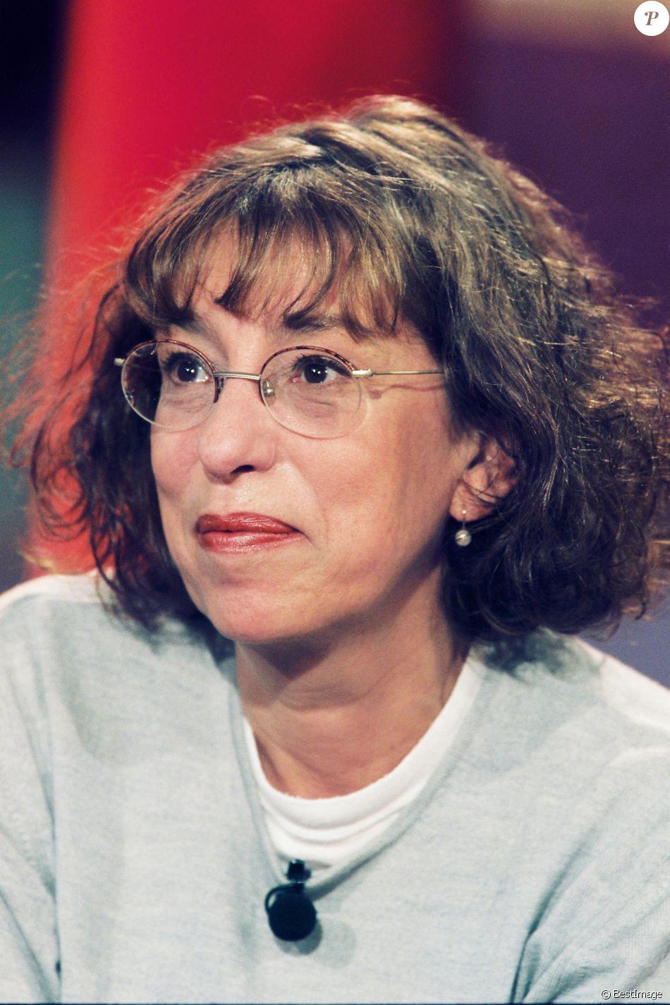 """Archives - La comédienne Anémone lors de l'émission """"Vivement Dimanche"""" à Paris, le 16 novembre 2001."""