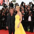 "Charlize Theron et Sean Penn - Descente des marches du film ""Mad Max : Fury Road"" lors du 68e Festival International du Film de Cannes le 14 mai 2015."