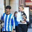 Exclusif - Joe Jonas et sa fiancée Sophie Turner ont été aperçus avec leurs chiens Porky Basquiat et Waldo Picasso dans les rues de New York. Les parents de Sophie se sont occupés des chiens pour le week-end et le couple récupère les toutous et les ramène à leur hôtel. Porky et Waldo ont été adoptés l'année dernière et les 2 chiens ont déjà leur compte Instagram chacun ! Le 13 mars 2019.