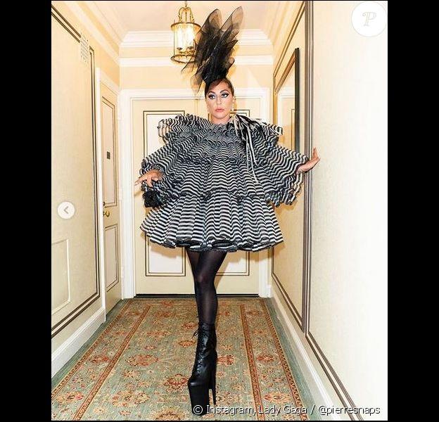 Lady Gaga en robe Marc Jacobs et munie du Brillant Charms Black Beauty de la Maison Delvaux à New York. Le 5 mai 2019.