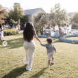 Kim Kardashian lors de sa baby-shower sur le thème de la méditation et des produits dérivés du cannabis. Avril 2019.