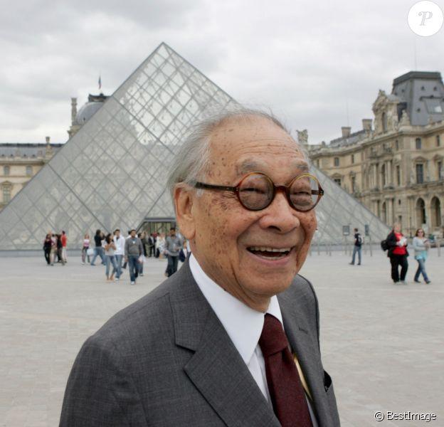 L'architecte sino-américain Pei devant sa pyaramide du Louvre à Paris, le 22 juin 2006.