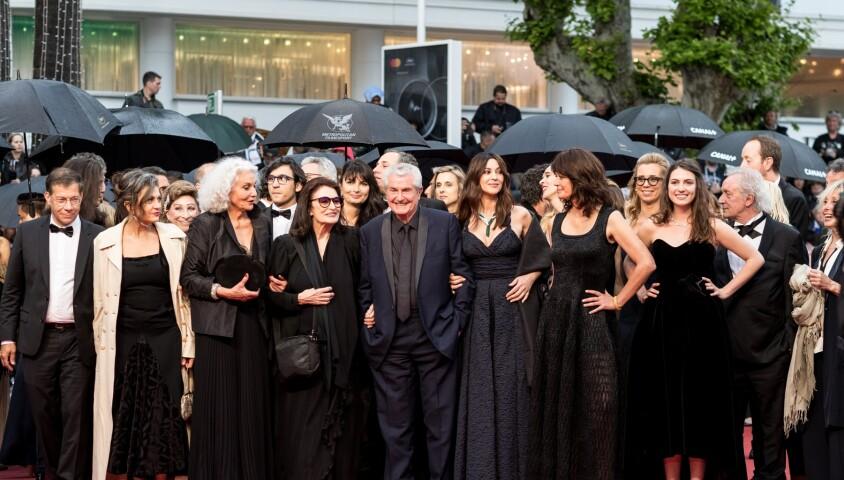"""Antoine Sire, Souad Amidou, Anouk Aimée, Claude Lelouch (Smoking Dior, montre Van Cleef & Arpels), Monica Bellucci, Marianne Denicourt (habillée en Dior) , Tess Lauvergne - Montée des marches du film """"Les plus belles années d'une vie"""" lors du 72ème Festival International du Film de Cannes. Le 18 mai 2019 © Jacovides-Moreau / Bestimage"""