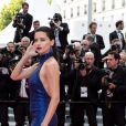 """Adriana Lima assiste à la montée des marches du film """"Roubaix, une lumière (Oh Mercy!)"""" lors du 72ème Festival International du Film de Cannes. Le 22 mai 2019 © Jacovides-Moreau / Bestimage"""