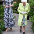 Kate Middleton, duchesse de Cambridge, a fait visiter le jardin qu'elle a créé, baptisé Back to Nature, à la reine Elizabeth II le 20 mai 2019 au Chelsea Flower Show à Londres. Pour l'occasion, elle portait une robe Erdem.