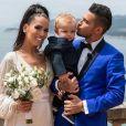 Julien et Manon Tanti avec leur bébé Tiago posent pour les photographes le jour de leur mariage.