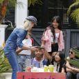 Laeticia Hallyday, ses filles Jade et Joy, deux amies d'école et Maryline Issartier - Les filles de L.Hallyday et deux amies d'école vendent de la limonade pour collecter des fonds pour l'association de leur mère au Vietnam, devant la villa de Pacific Palisades, Los Angeles, Californie Etats-Unis, le 18 mai 2019.