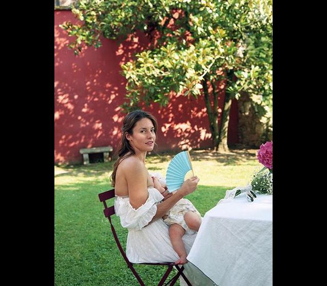Photo publiée par Natasha Andrews sur Instagram : Pour la Fête des mères, elle se dévoile en train d'allaiter sa fille - 26 mai 2019