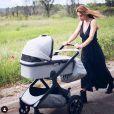 Ariane Brodier réalise un tour en poussette avec sa fille. Mai 2019.