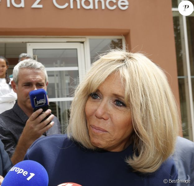 Semi Exclusif - Brigitte Macron à la sortie d'une visite de l'école de la 2ème chance à Marseille en compagnie du maire Jean-Claude Gaudin le 14 juin 2019. La veille, le jeudi 13 juin 2019, la première dame a rendu visite aux habitants de la cité Felix-Pyat dans les quartiers nords de Marseille. Elle a échangé pendant plus de deux heures avec des associations luttant contre les discriminations et les déserts médicaux. Elle était venu en avril 2017 et avait promis de revenir : c'est chose faite. A la suite de cette visite où Brigitte Macron a pu échanger avec les habitants, elle s'est rendue dans une salle de boxe de la cité du Castellas, la salle Noble Art Boxing 15. Ce vendredi, après la visite de l'école de la 2ème chance, Brigitte Macron a déjeuné avec Jean-Claude Gaudin, le maire de Marseille et Martine Vassal, présidente du conseil de la métropole d'Aix Marseille Provence. Lors de ces deux jours de visite privée, Brigitte Macron avait pour guide un proche, Jean-Philippe Agresti, doyen de la faculté de Droit et de Science Politique Aix Marseille comme lors de son premier passage en avril 2017.