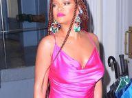 Rihanna illumine en minirobe : Large décolleté et satin rose fuchsia