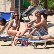 Peter Crouch et sa sexy Abigail Clancy à la plage : Câlins, bronzette et... doigt dans le nez ! Oops !