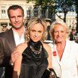 Cécile de Ménibus et son mari le joueur du rugby Yann Delaigue ainsi que Véronique de Villèle au Gala de la fondation IFRAD le 22 juin