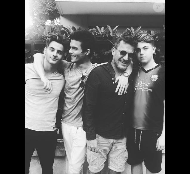 Benjamin Castaldi entouré de ses trois fils Julien (22 ans), Simon (19 ans) et Enzo (15 ans) à Paris, le 1er juillet 2019.