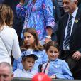 Mirka Federer, Charlene Riva et Myla Rose Federer et l'un des fils de Roger Federer lors de son match contre Lloyd Harris à Wimbledon le 2 juillet 2019.