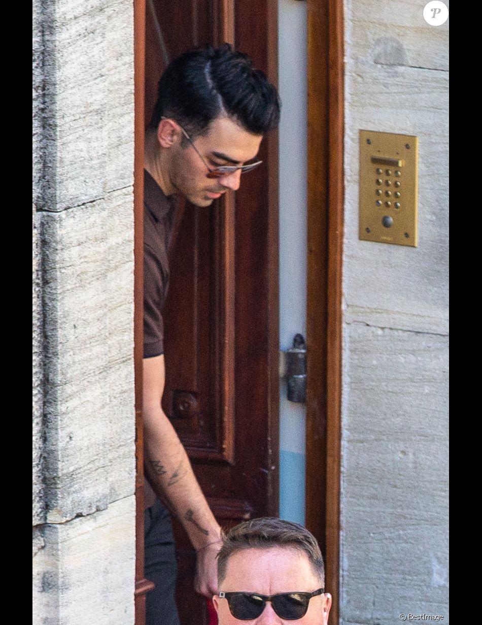 Joe Jonas et sa femme Sophie Turner quittent l\u0027hôtel Crillon le Brave dans  lequel ils logent à deux jours de leur mariage dans le Vaucluse le 27 juin  2019.