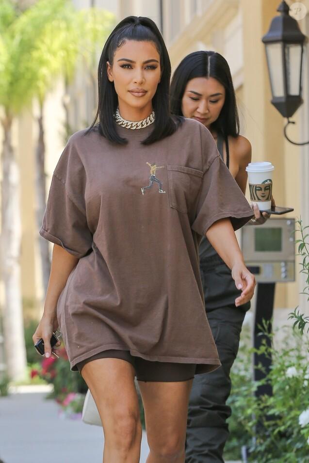 Exclusif - Kim Kardashian à la sortie d'un rendez-vous avec une assistante à Calabasas, Los Angeles, le 24 juin 2019. Elle porte un t-shirt oversize T. Scott et des baskets Yeezy.