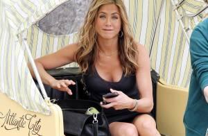 Jennifer Aniston en décolletée et minijupe... continue d'écumer les rues pieds nus !