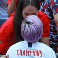Megan Rapinoe embrasse sa compagne Sue Bird après la victoire des Etats-Unis contre les Pays-Bas en finale de la Coupe du monde féminine de football au Groupama Stadium de Londres le 7 juillet 2019.