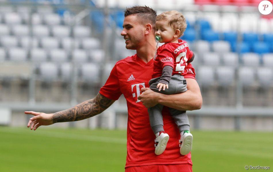 Lucas Hernandez et son fils Martin lors de la présentation de Lucas Hernandez, nouvelle recrue du Bayern de Munich à Munich, le 8 juillet 2019.
