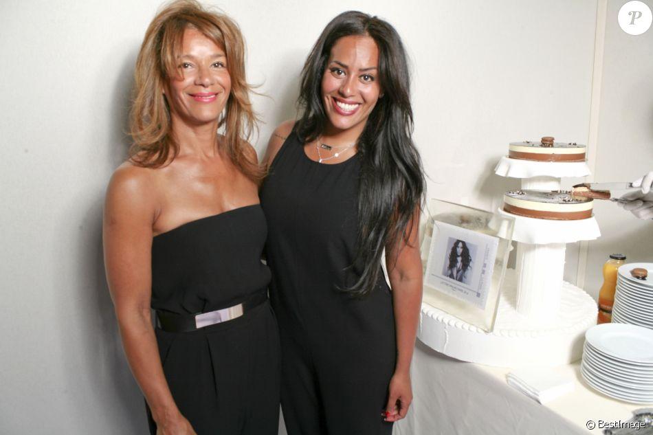 Amel Bent et sa mère - Amel Bent fête son 29ème anniversaire avec sa mère au salon du timbre de Paris au Parc Floral de Vincennes, où un timbre à son effigie a été dévoilé. Le 21 juin 2014.
