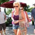 Britney Spears fait du shopping à Los Angeles pour ses enfants (25 juin 2009)