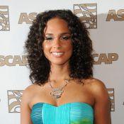 Alicia Keys resplendissante... elle devrait donner des leçons d'élégance à Tila Tequila, ultra-décolletée !