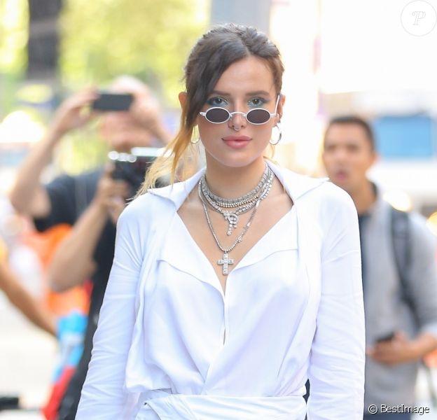 Bella Thorne pose devant les studios Buzzfeed à New York. L'actrice porte un ensemble Jacquemus : robe, sac et chaussures, le 14 juin 2019.