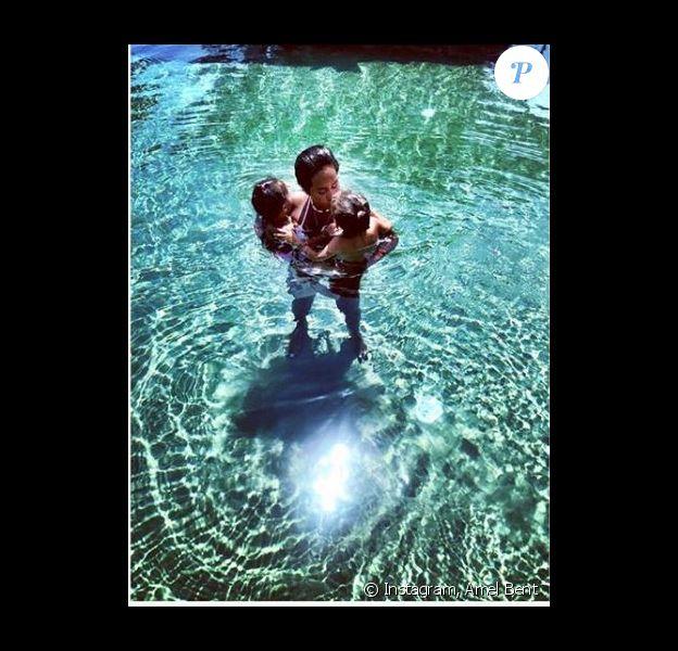 Amel Bent en vacances avec sa famille (Juillet 2019).