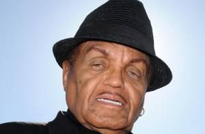 Regardez Joe Jackson, le père de Michael, fouler le tapis rouge hier soir pour son fils disparu...