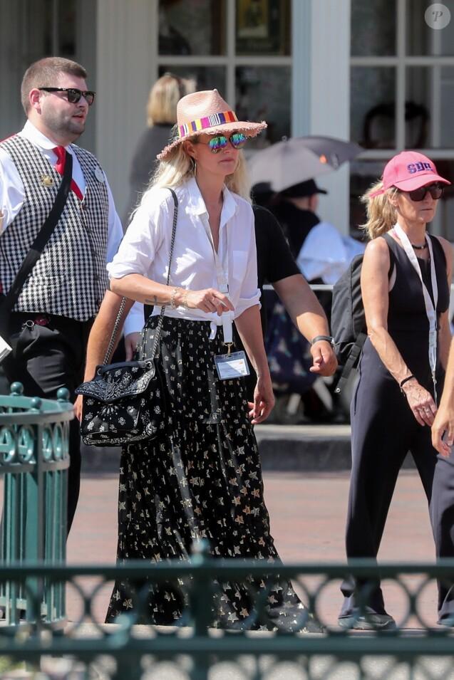 Exclusif - Laeticia Hallyday, la nounou Sylviane - Laeticia Hallyday et ses filles Jade et Joy à Disneyland Paris avec la nounou Sylviane, le 26 juin 2019. Elles sont venues passer 2 jours avec Jean Reno, sa femme Zofia Borucka et leurs enfants Cielo et Dean.