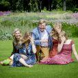 Le roi Willem-Alexander des Pays-Bas, la reine Maxima et leurs filles la princesse héritière Catharina-Amalia, la princesse Alexia et la princesse Ariane ont posé dans les jardins du palais Huis ten Bosch, leur résidence à La Haye, le 19 juillet 2019 lors de la traditionnelle séance photo des vacances d'été avec la presse.