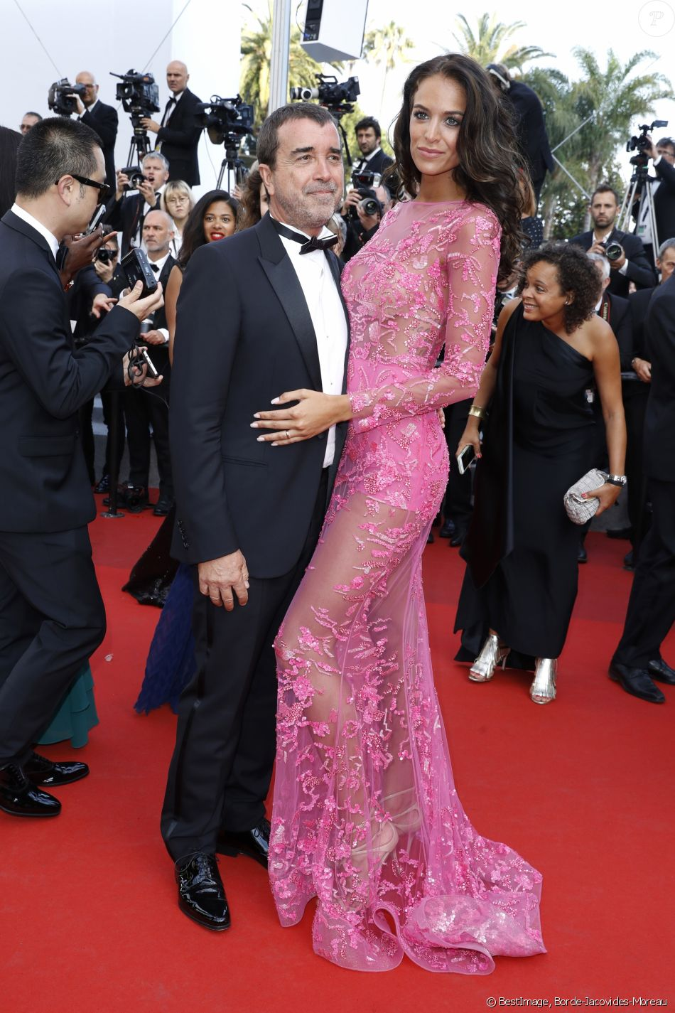 "Arnaud Lagardère et sa femme Jade Foret - Montée des marches du film ""Les Proies"" (The Beguiled) lors du 70ème Festival International du Film de Cannes. Le 24 mai 2017. © Borde-Jacovides-Moreau/Bestimage"