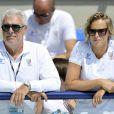 Federica Pellegrini et Alberto Castagnetti (coach de Luca Marin) soutiennent Luca, qui est en train de nager lors des jeux méditerranéens à Pescara (28 juin 2009)