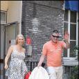 Jean-Marie Bigard sort de l'hôpital de La Salpêtrière (Paris) avec son petit Sasha, devant un parterre de paparazzis ! (30 juin 2009)