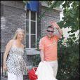 Jean-Marie Bigard sort de l'hôpital de La Salpêtrière (Paris) avec son petit Sacha, devant un parterre de paparazzis ! (30 juin 2009)