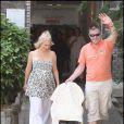 Jean-Marie Bigard sort de l'hôpital Salpêtrière (Paris) avec son petit Sasha, devant un parterre de paparazzis ! (30 juin 2009)