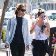 Exclusif - Mischa Barton se promène avec un ami dans les rues de Los Angeles le 25 septembre 2018.