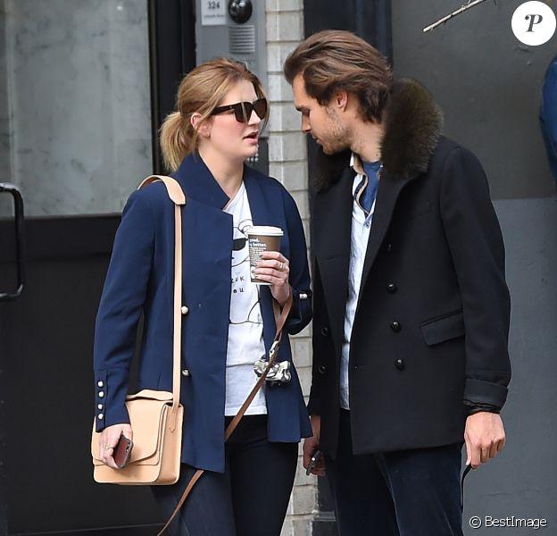 Exclusif - Mischa Barton et son compagnon James Abercrombie se promènent avec leurs chiens dans les rues de New York le 9 novembre 2017.