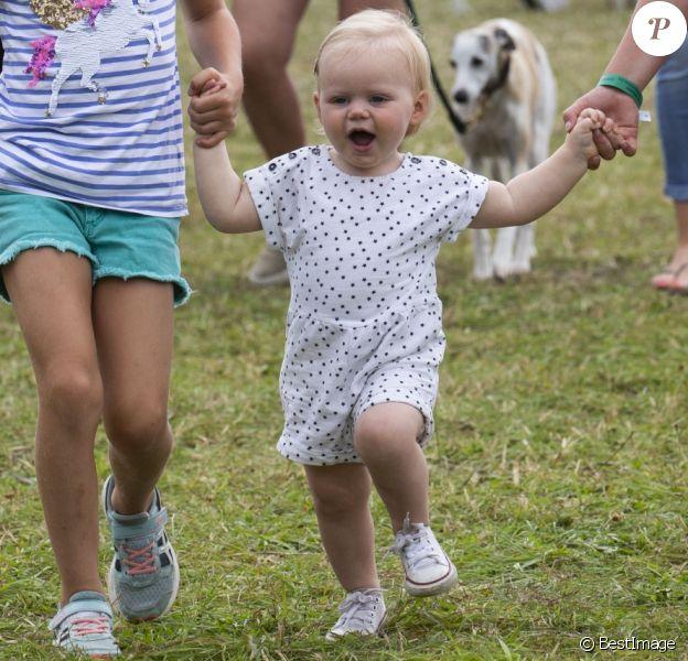 Lena Tindall, fille de Zara (Phillips) et Mike Tindall, marchant avec l'aide de ses cousines Isla Phillips et Savannah Phillips lors du Festival of British Eventing à Gatcombe Park le 4 août 2019.