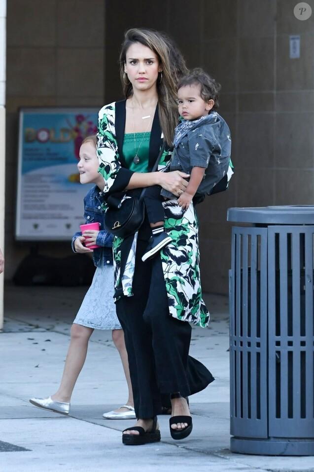 Exclusif - Jessica Alba fête l'anniversaire de sa belle-soeur Koa Jones en famille au restaurant Porta Via dans le quartier de Beverly Hills à Los Angeles. Son mari Cash Warren et ses enfants Honor, Haven et Hayes Warren sont de la partie! Le 26 juillet 2019