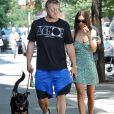 Emily Ratajkowski et son mari Sebastian Bear-McClard promènent leur chien dans les rues de New York. Le 3 août 2019.
