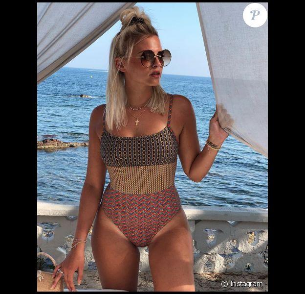 Kelly Vedovelli profite actuellement de vacances au soleil mais la jeune femme est victime de critiques sur les réseaux sociaux. Août 2019.
