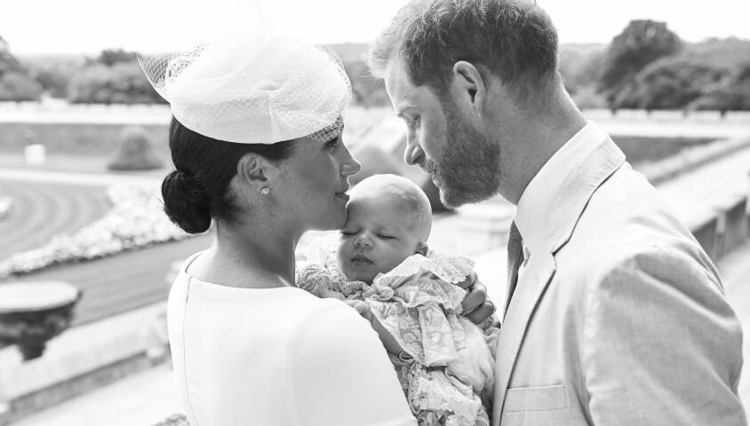 Meghan Markle, duchesse de Sussex, et le prince Harry avec leur fils Archie Mountbatten-Windsor le 6 juillet 2019 lors de son baptême au château de Windsor, photographiés par Chris Allerton devant la roseraie. ©Chris Allerton/SussexRoyal/PA Photos/Bestimage
