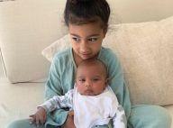 Kim Kardashian, maman gaga : Nouvelles photos de Psalm, dans les bras de North