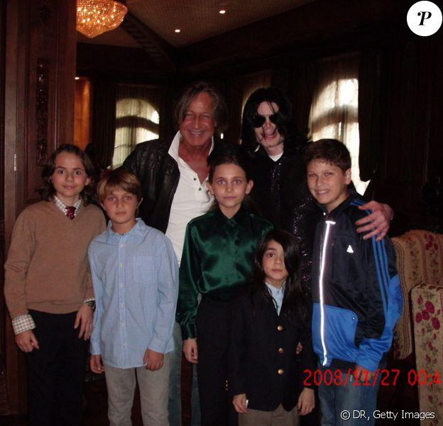 Michael Jackson avec ses enfants, son ami Mohamed Hadid et ses propres enfants en novembre 2008