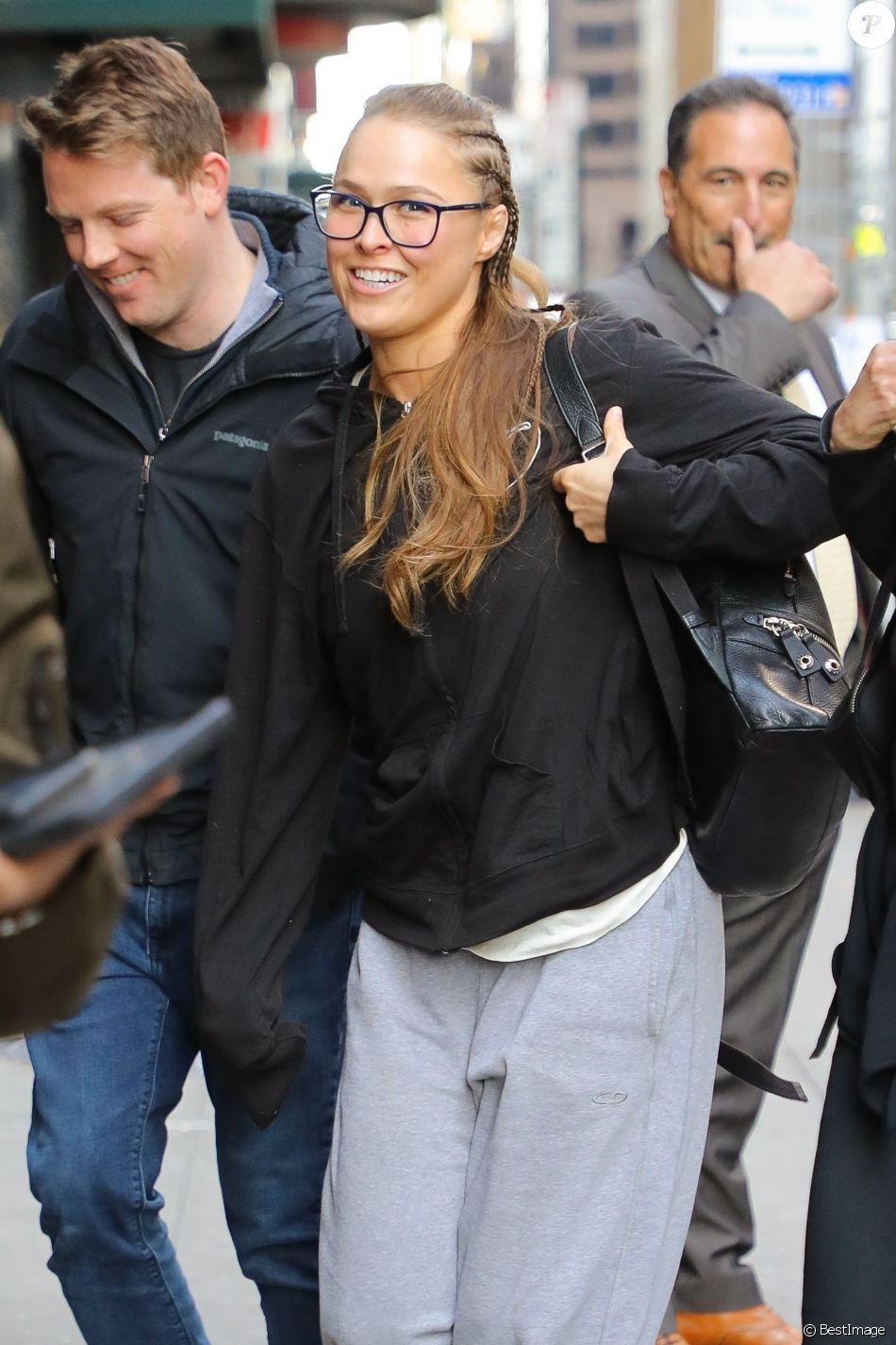 Exclusif - Ronda Rousey arrive, avec une attelle au poignet, pour préenregistrer l'émission 'The Late Show avec Stephen Colbert' à New York City, New York, Etats-Unis, le 17 avril 2019.