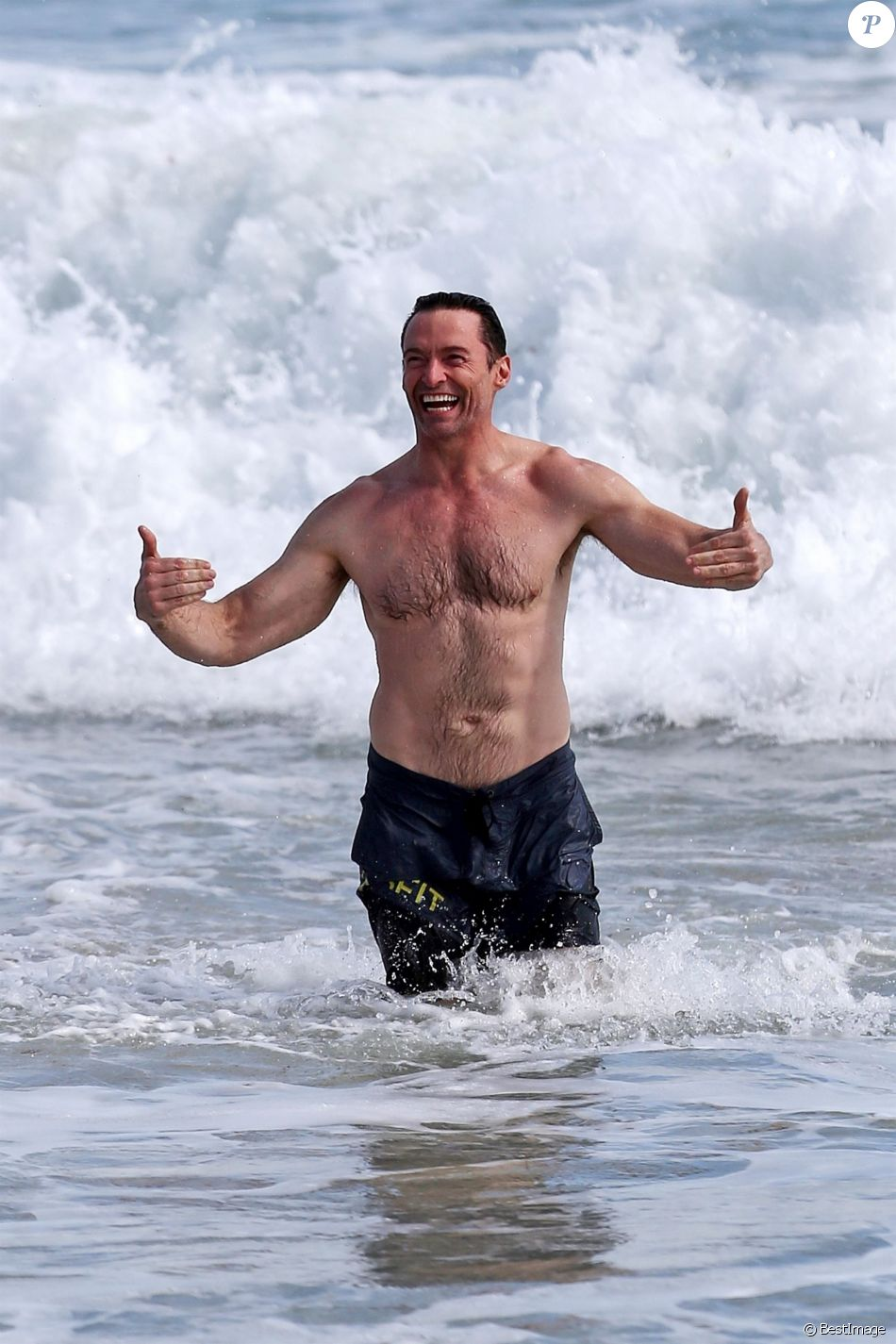 Exclusif - Hugh Jackman s'amuse dans les vagues de Cottesloe Beach en Australie, le 21 août 2019.