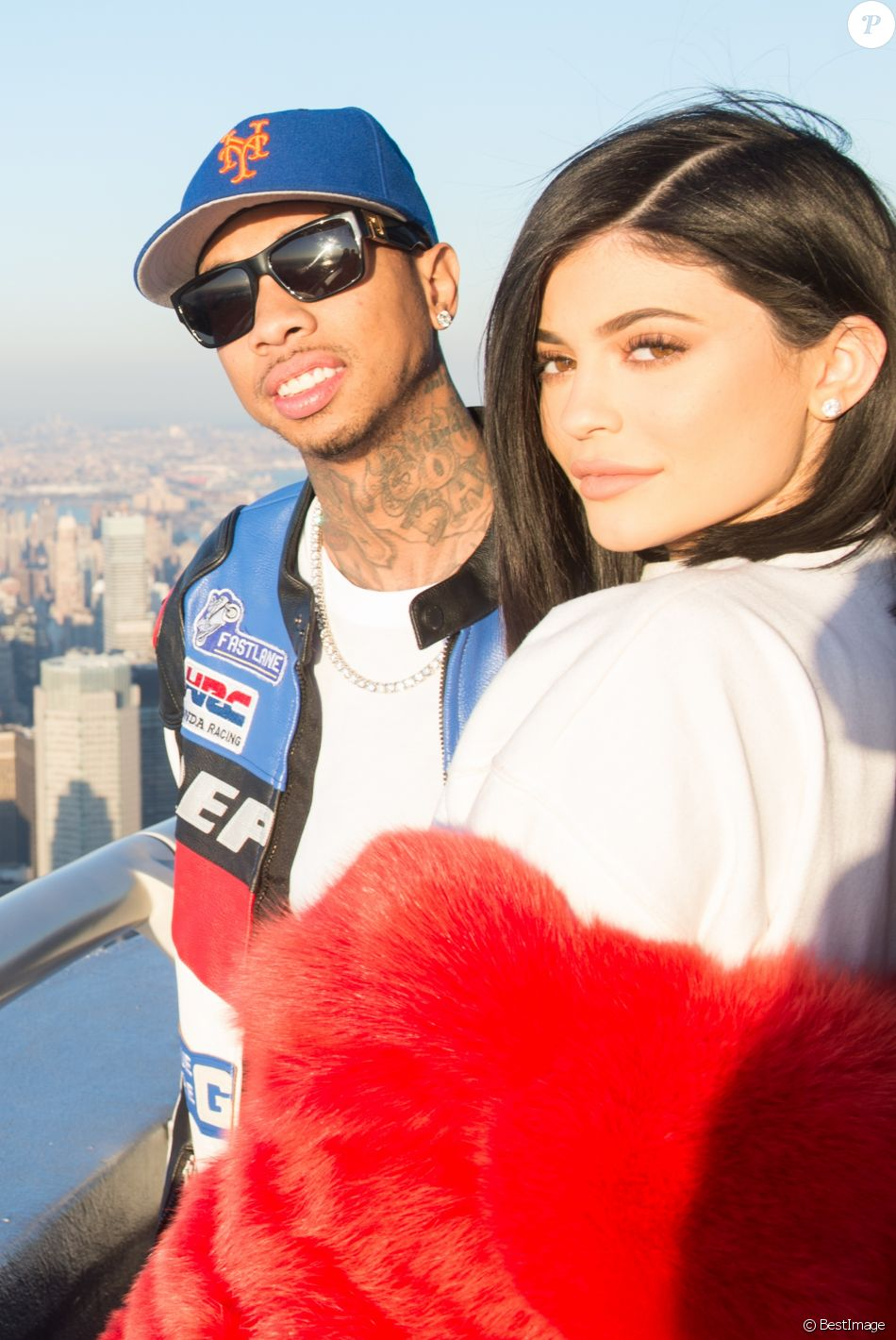 Kylie Jenner et Tyga lors de leur dernière apparition à l'Empire State Building pour la Saint-Valentin à New York, le 14 février 2017. Le couple avait rompu quelques semaines plus tard.