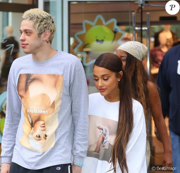 Exclusif - Ariana Grande et son fiancé Pete Davidson ont été aperçus dans les rues de New York. Le couple a fait un arrêt shopping dans le magasin Target après avoir quitté les studios de N. Minaj et M. Strahan, le 21 aout 2018.